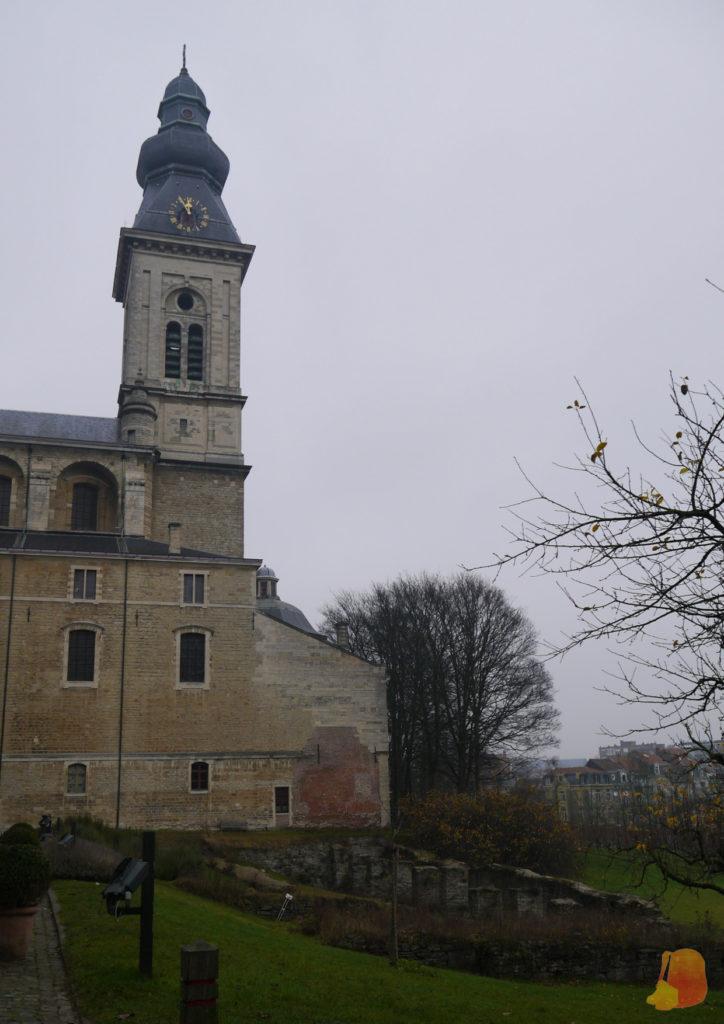 Se ve parte del jardín trasero y la torre del reloj
