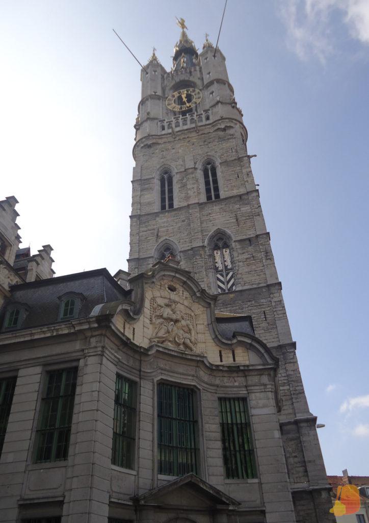 En primer plano se ve el relieve de Cimón siendo amamantado por su hija y detrás la torre del Campanario