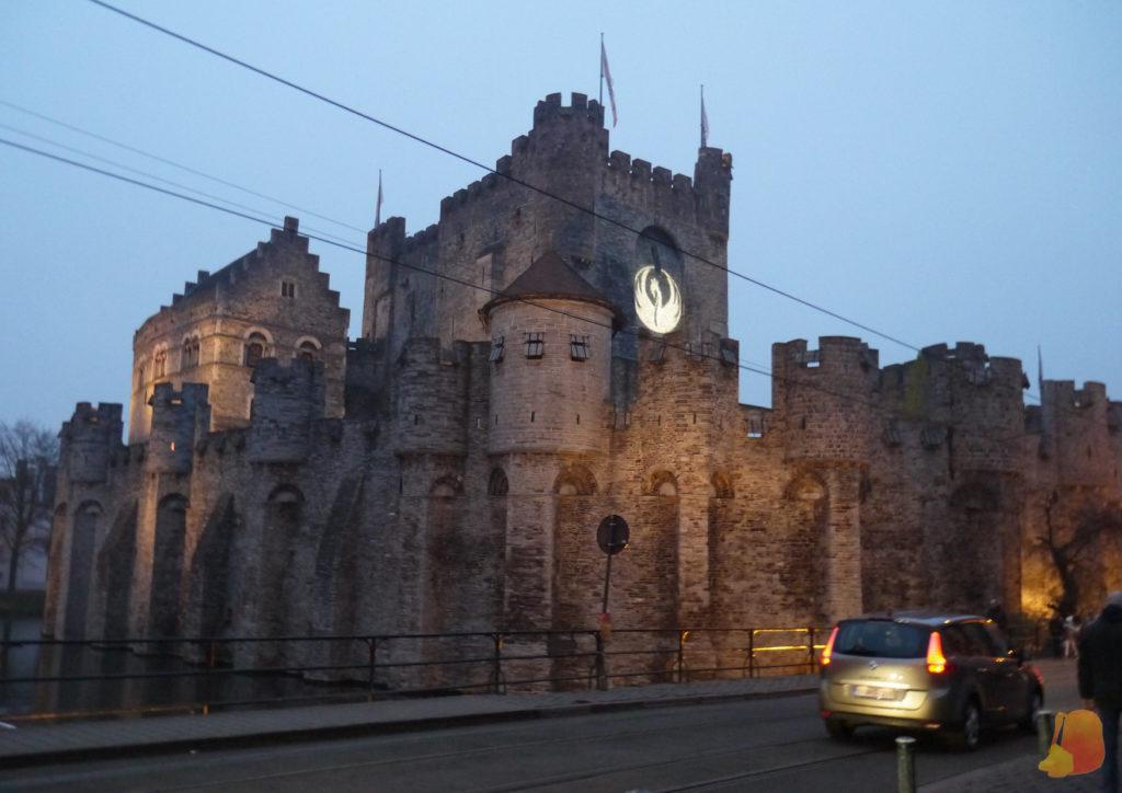 En las paredes de este castillo medieval se ha proyectado un emblema de un cisne