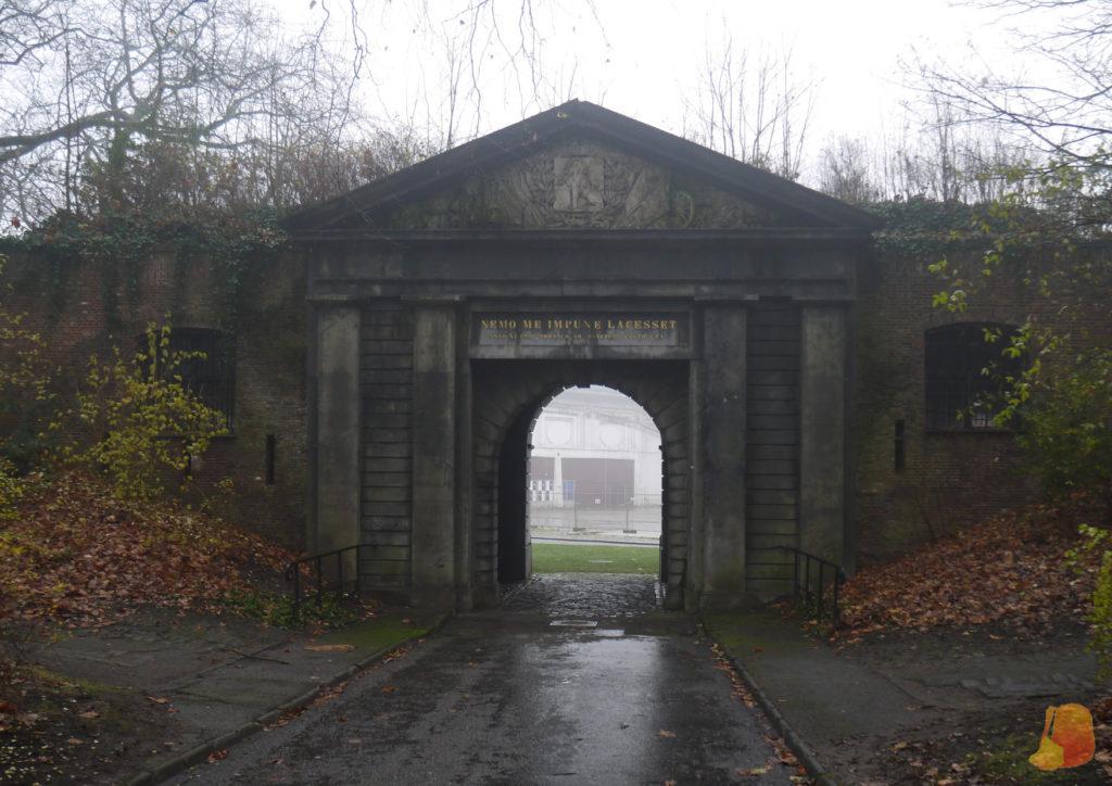 Una puerta en medio del parque que señala la entrada a la antigua ciudadela