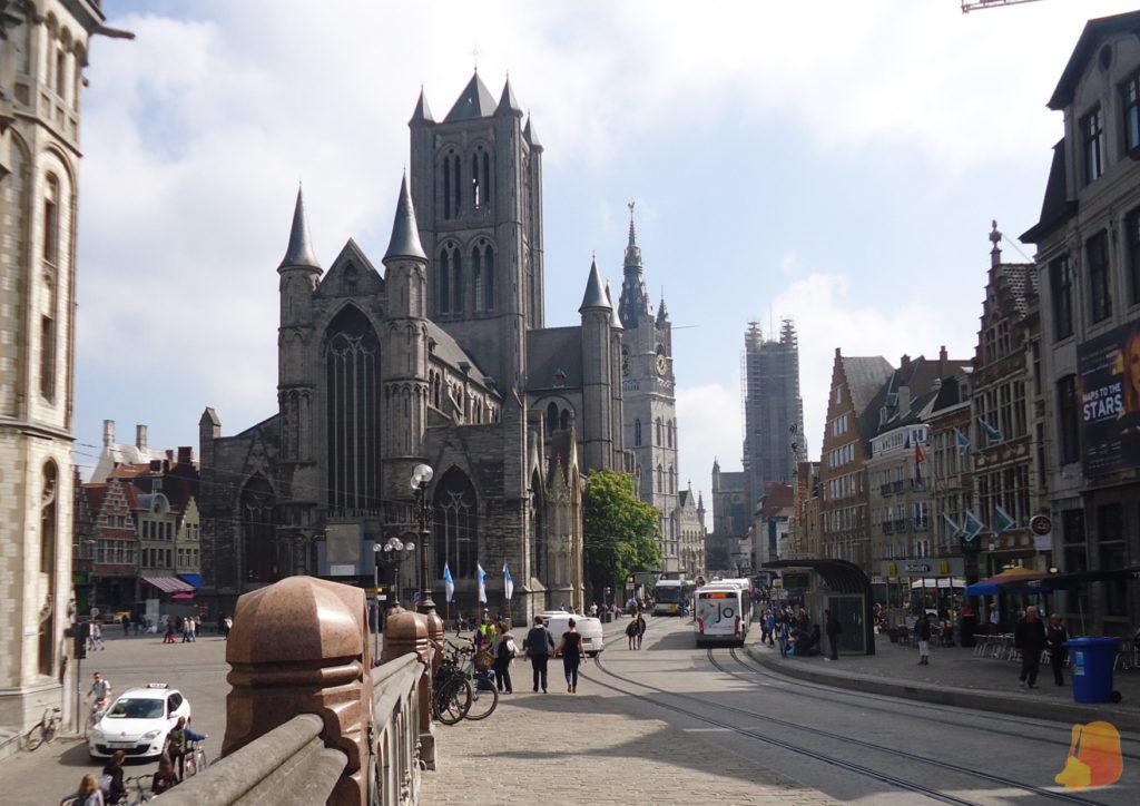Desde el puente de San Miguel se ven las tres torres alineadas en la acera de la izquierda
