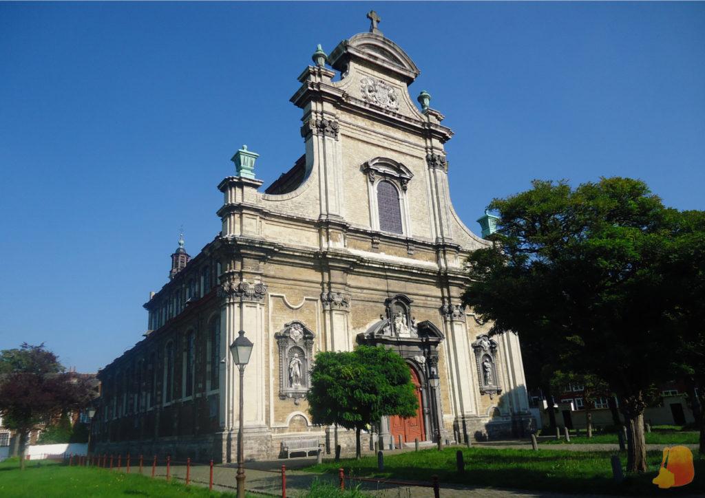 En el centro del jardín central del beaterio se levanta una iglesia