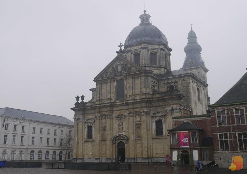 El día estaba nublado pero se ve la cúpula de la iglesia y la torre del reloj