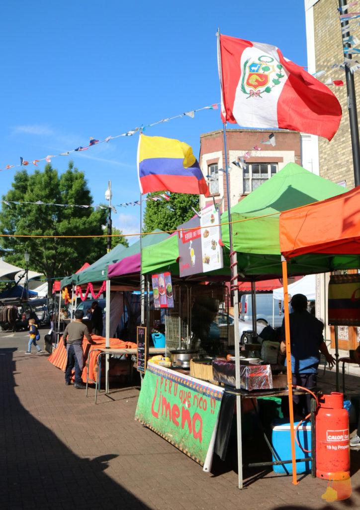 Puestos de comida callejera en Londrés con banderas de diferentes nacionalidades (ninguna es la británica)