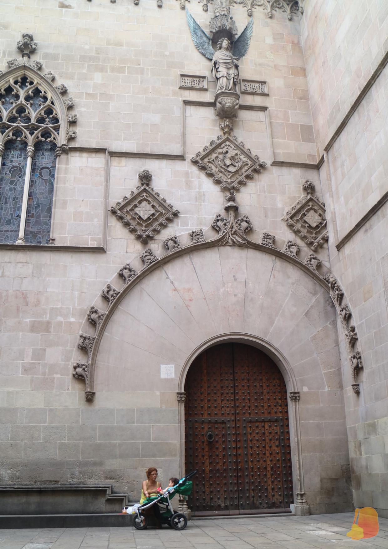 Antigua fachada del ayuntamiento con la decoración cortada por la nueva fachada