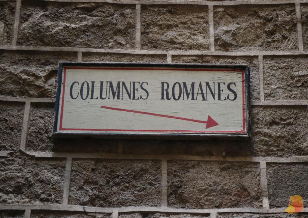 Señal antigua que indica la ubicación de las columnas romanas