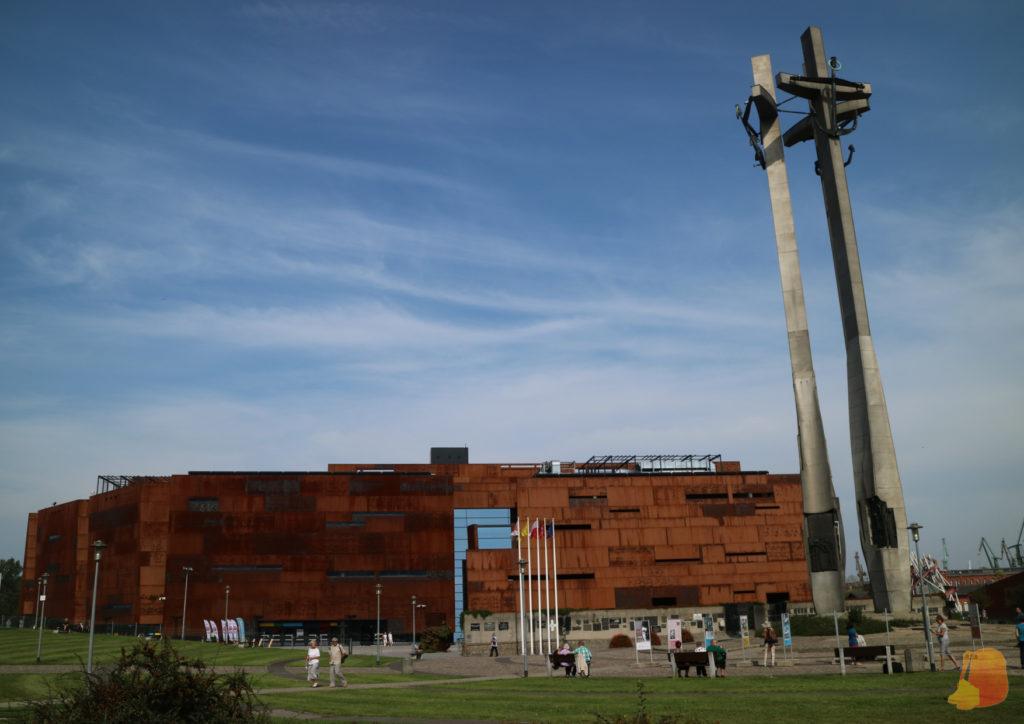 El edificio del Centro de la Solidaridad es de acero corten. Junto a él se levanta el Monumento a los Obreros caídos, de 43 metros de altura