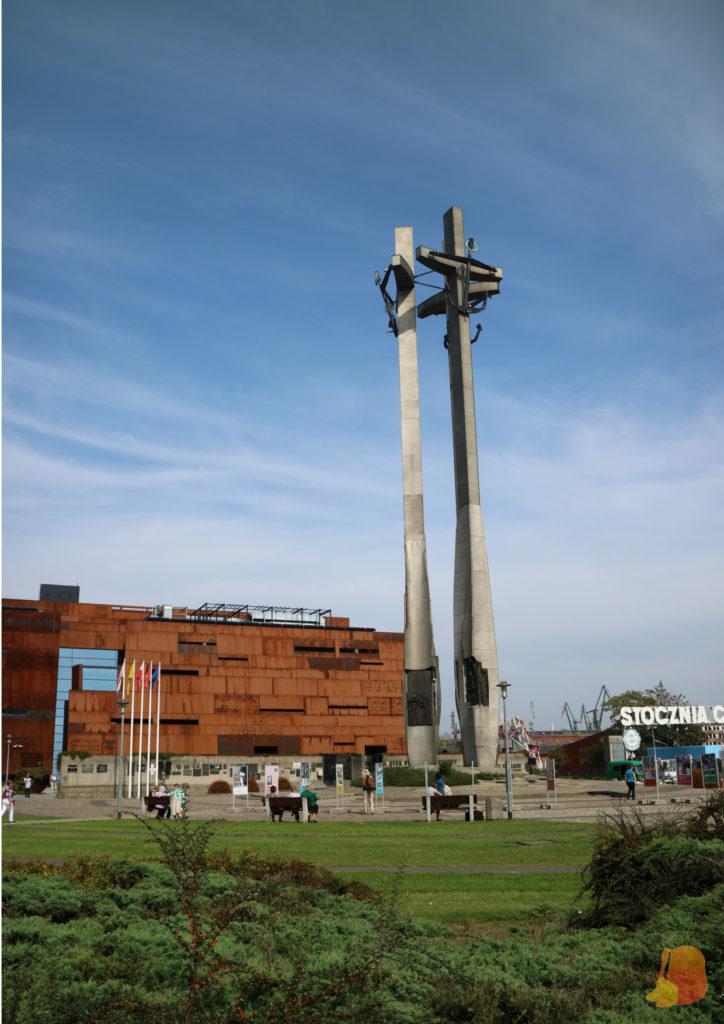 El monumento esta formado por Tres grandes Cruces de 43 metros de altura
