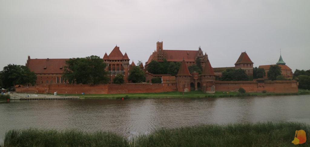 Panorámica del Castillo desde el otro lado del río. Se ve una de las puertas de la muralla.