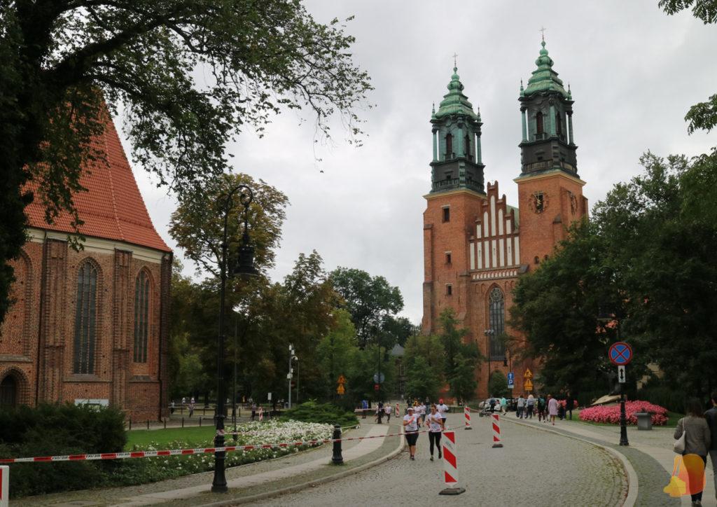 Se ve la catedral con sus dos torres. La calle estaba cerrada porque había una carrera y también se ven las cintas y a algunos corredores