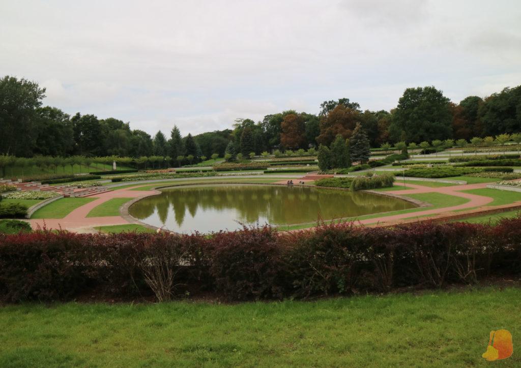 Jardín escalonado en torno a un pequeño estanque