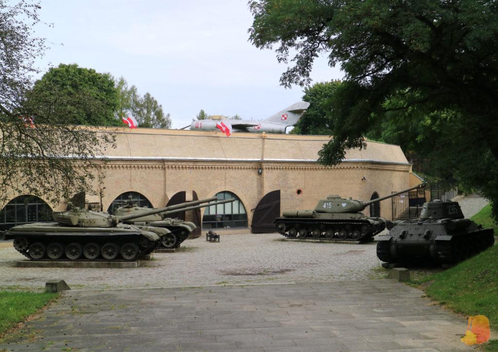 Frente a la entrada del museo hay aparcados 4 tanques