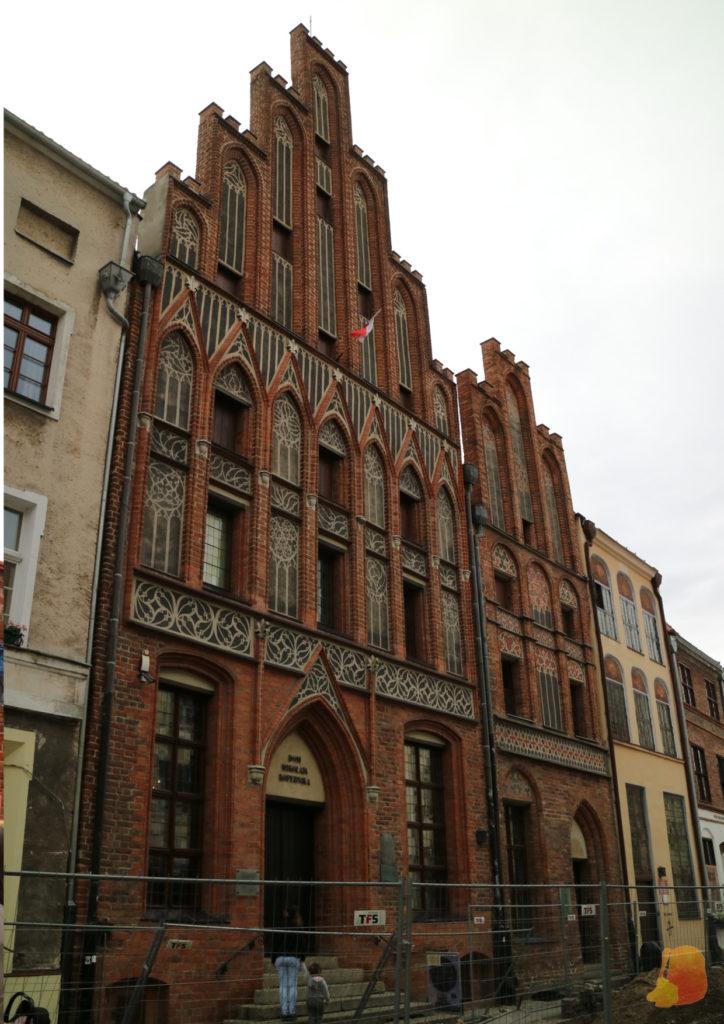 La casa de Copernico es de ladrillo rojo y está ricamente decorada. Destacan los ventanales