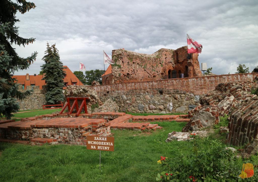 Se ven las ruinas de ladrillo de la fortaleza desde fuera porque no llegamos a entrar