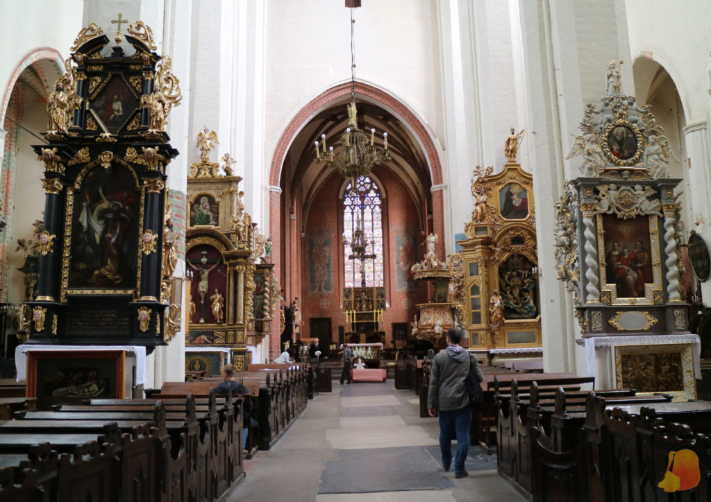 Las paredes de la iglesia son blancas y sobre ellas se colocan los diferentes retablos con decoraciones mucho más recargadas. El contraste es muy llamativo