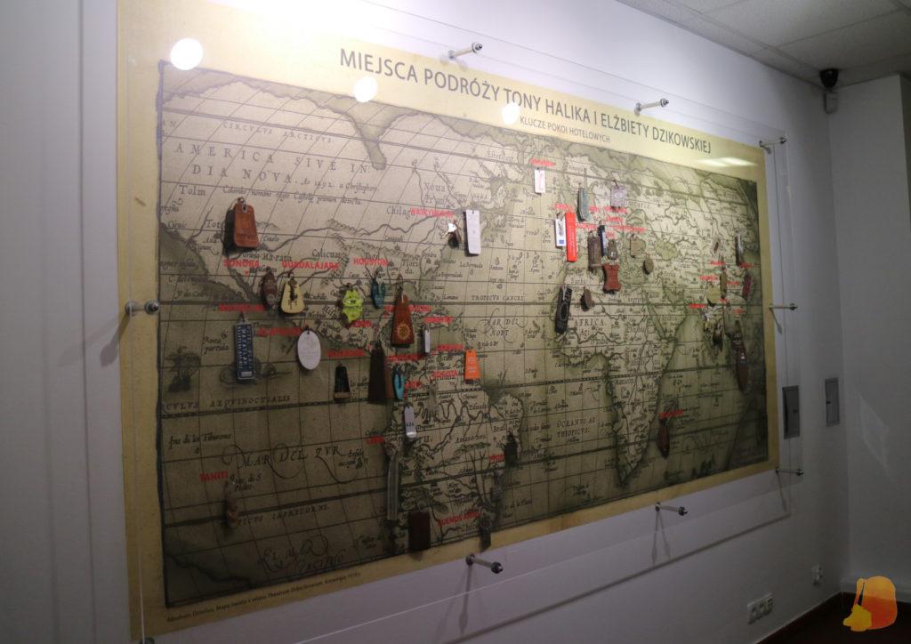 Mapa mundi con llaves de habitaciones de hotel colgadas sobre el país del que provienen