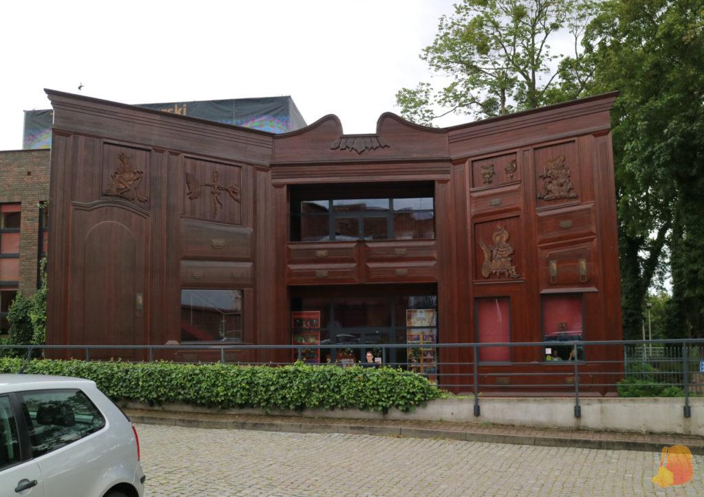 La fachada del teatro imita la forma de los armarios en los que se guardan las marionetas