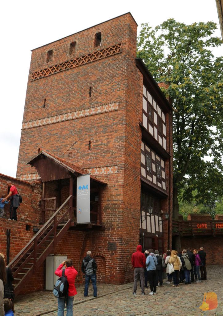 La torre está ligeramente inclinada hacia el interior de la muralla.