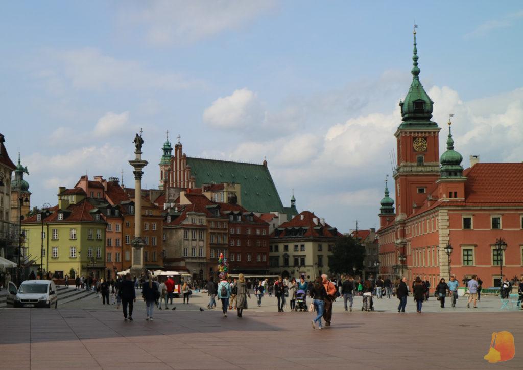 A la derecha destaca la torre del Castillo Real y a la izquierda la columna de Segismundo