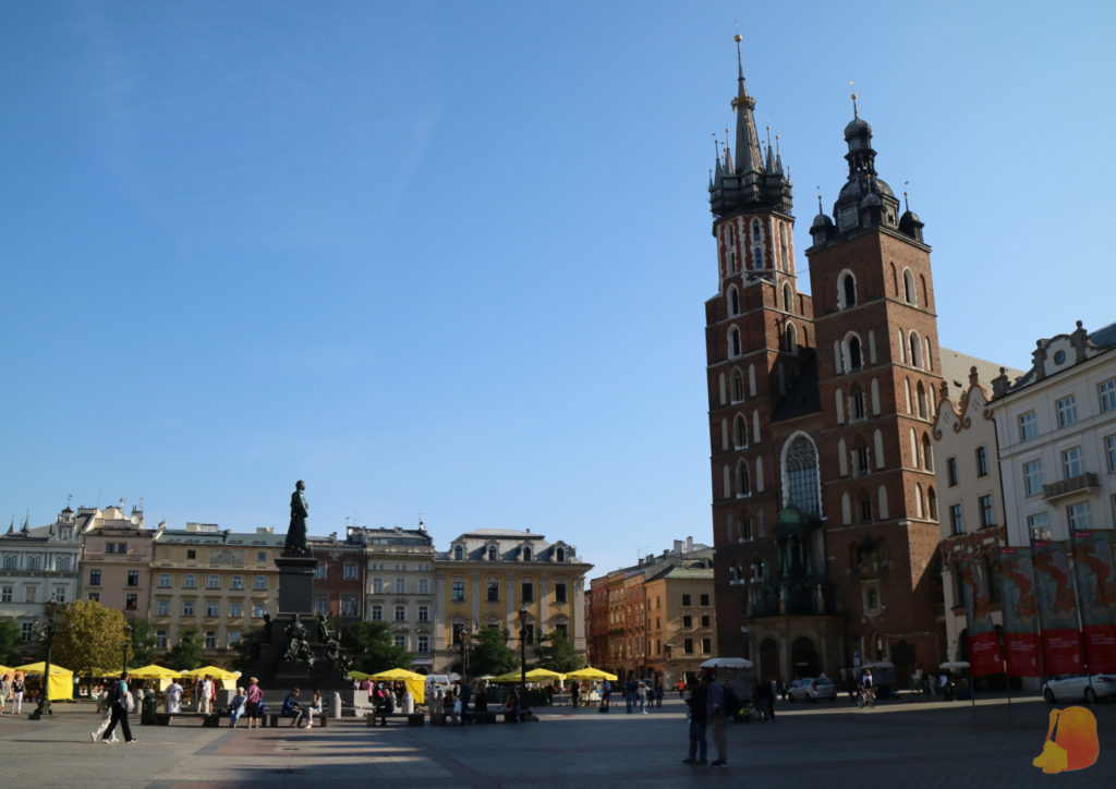 En la Plaza del Mercado destaca el perfil alto de la Basílica con sus dos torres asimétricas