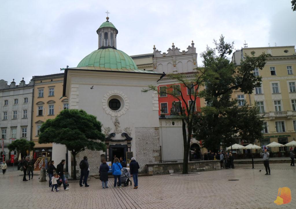En una esquina de la plaza se ve la Iglesia pequeña y muy sencilla. De paredes blancas y cúpula azul.