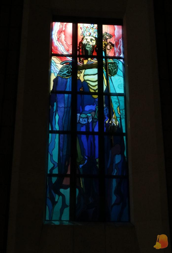 La vidriera de la foto muestra el esqueleto del rey