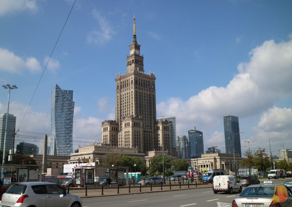 Se trata de un edificio muy alto e imponente. Detrás se ven los edificios de oficinas modernos.