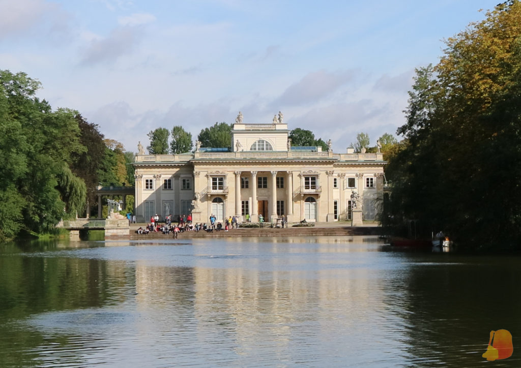 En el centro del lago se ve el palacio