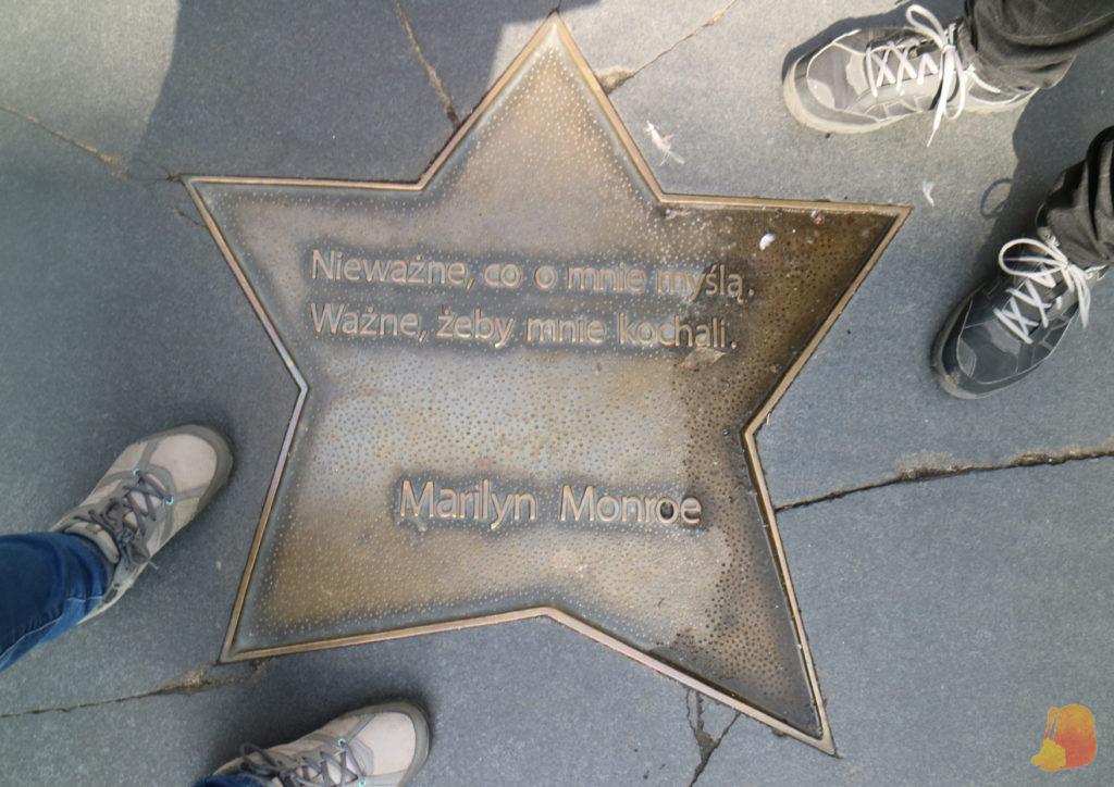Estrella de la fama de Marylin Monroe. Está escrito en polaco