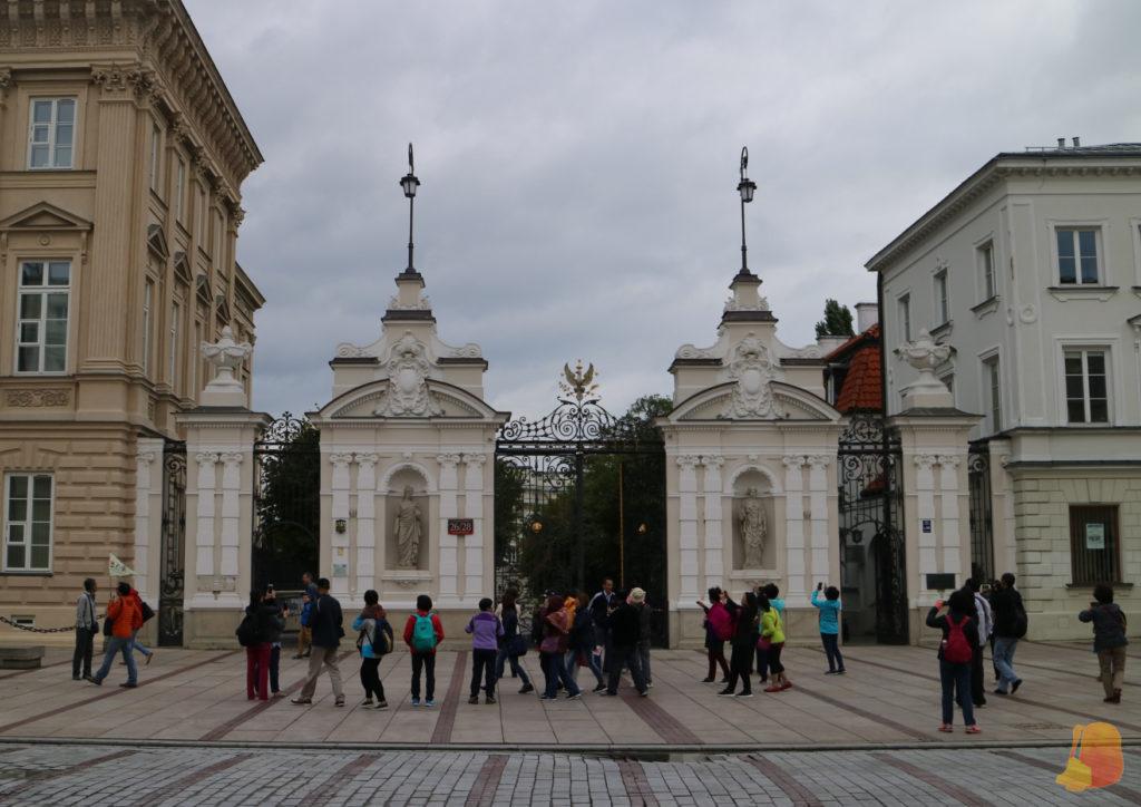 Puertas al jardín de la universidad.