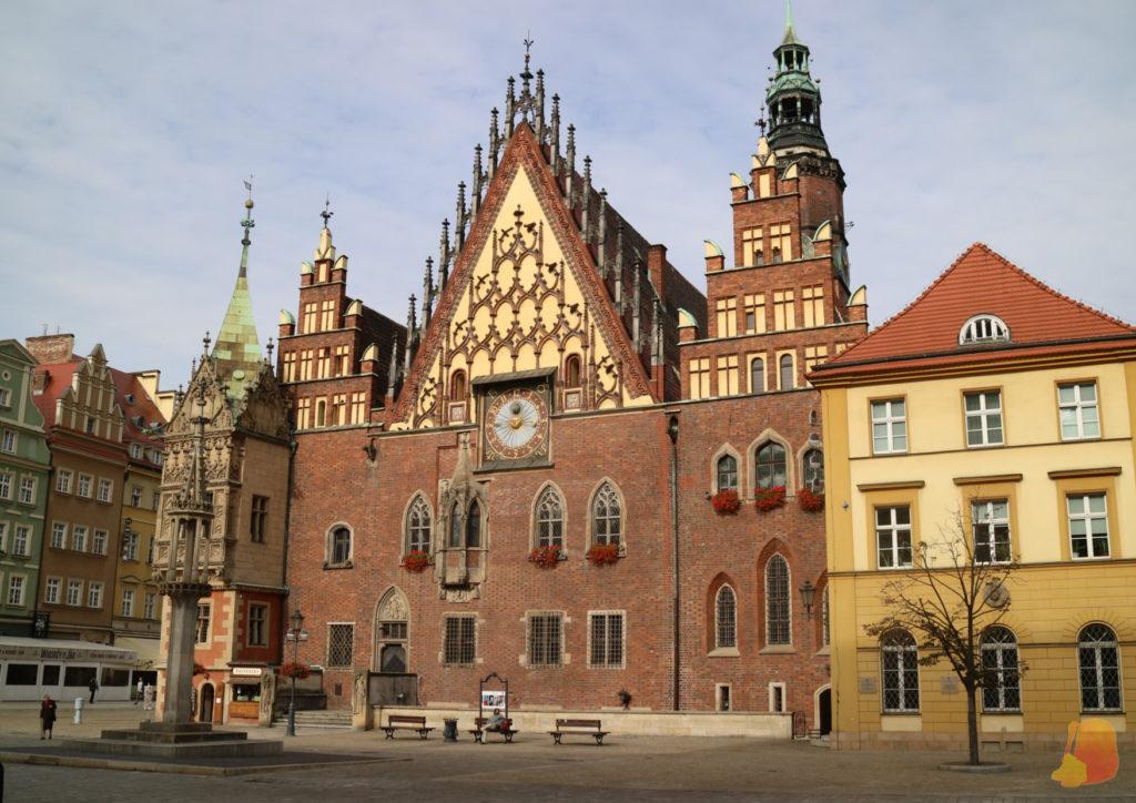 Una de las fachadas del Ayuntamiento: es de ladrillo y en el centro hay un bonito reloj