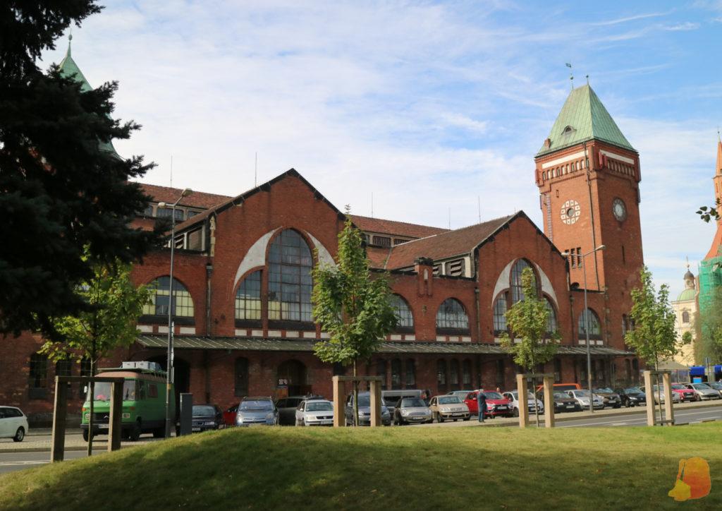 El edificio del mercado es de ladrillo y cuanta con una torre