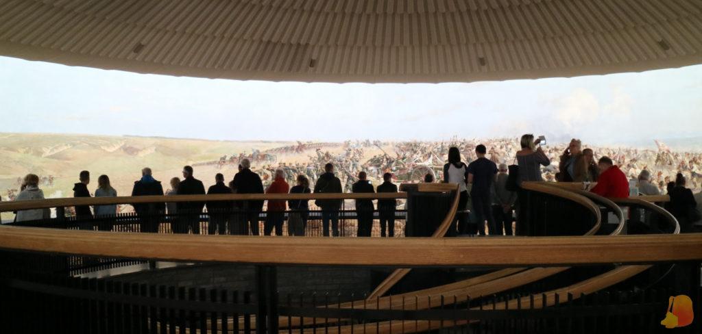 En el interior se extiende el cuadro y la gente lo puede ver desde una pasarela