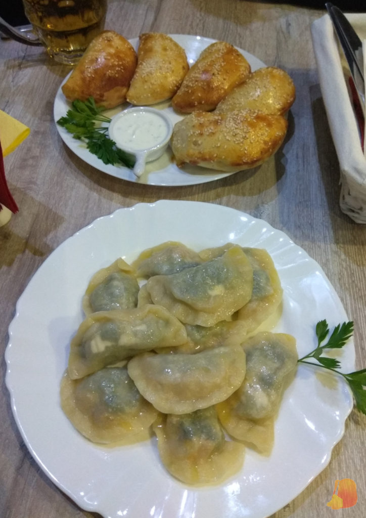 Dos platos de pierogis, empanadillas polacas