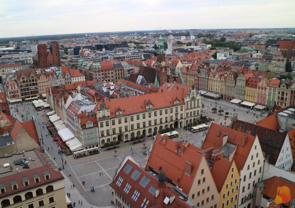 La plaza del Mercado vista desde arriba. Las plazas de este estilo de Polonia tienen la caracteristica de contar con una manzana de edificios en el centro de la plaza