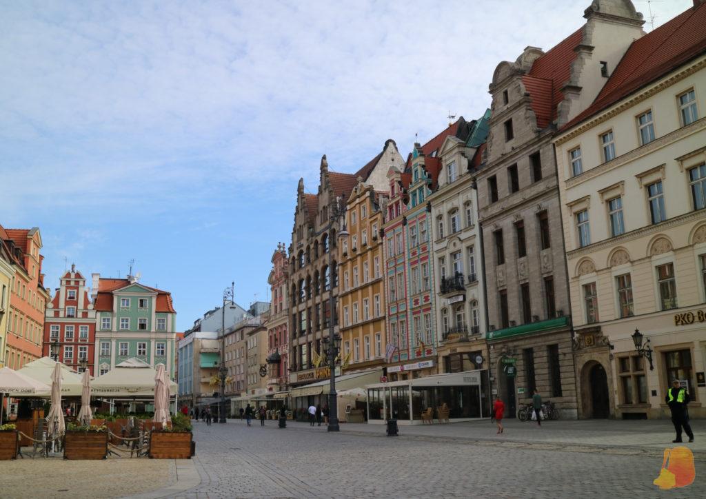 La plaza del mercado está rodeada de casas con fachadas de diferentes colores