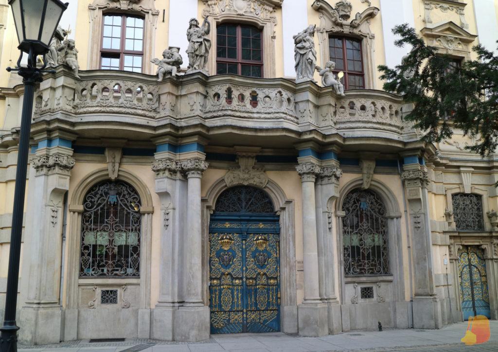 La fachada de la Universidad. Destaca la puerta azul con decoraciones en dorado