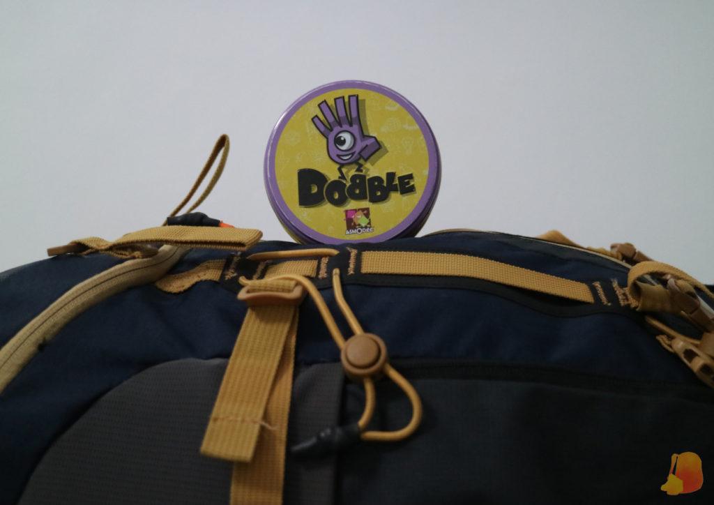 En la imagen se aprecia lo poco que ocupa el juego en comparación con una mochila