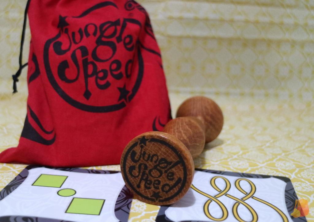 Saquito, totem y cartas del juego