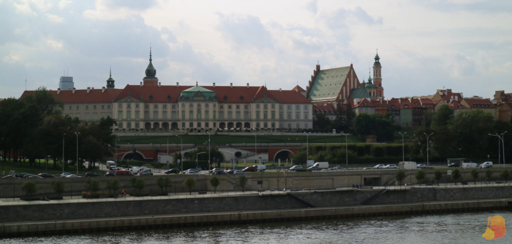 Se ve la Ciudad Vieja de Varsovia desde el puente. En este lado la orilla del río ha sido totalmente transformada y se ha construido un paseo.