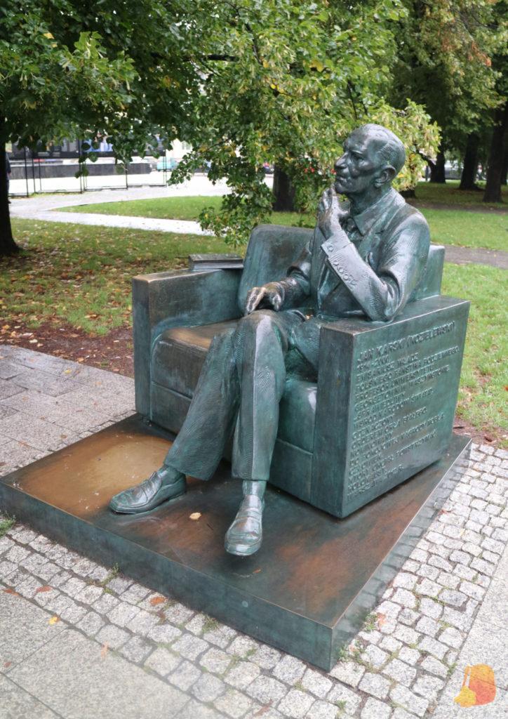 Escultura de Jan Karski sentado en un sillón