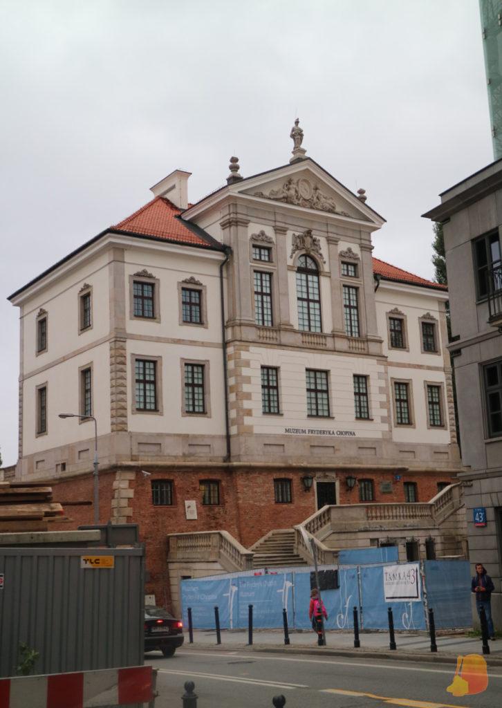 El edificio del museo estaba en obras. Se ve el palacete y frente a él las vayas de las obras