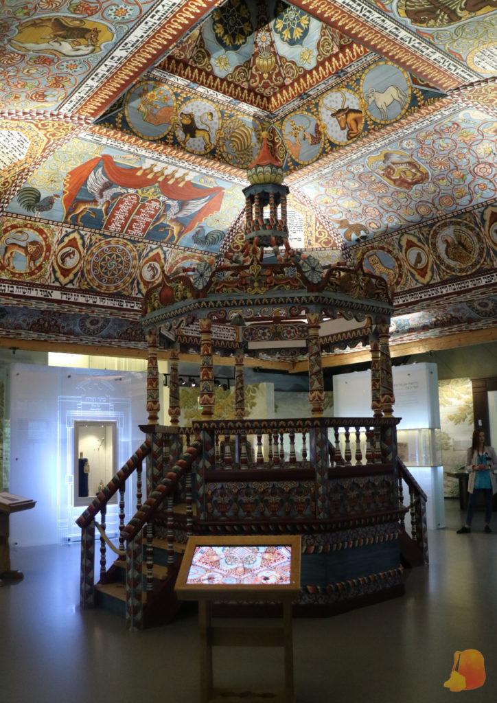 Sinagoga recreada en el interior del museo. Destacan los vivos colores de las pinturas