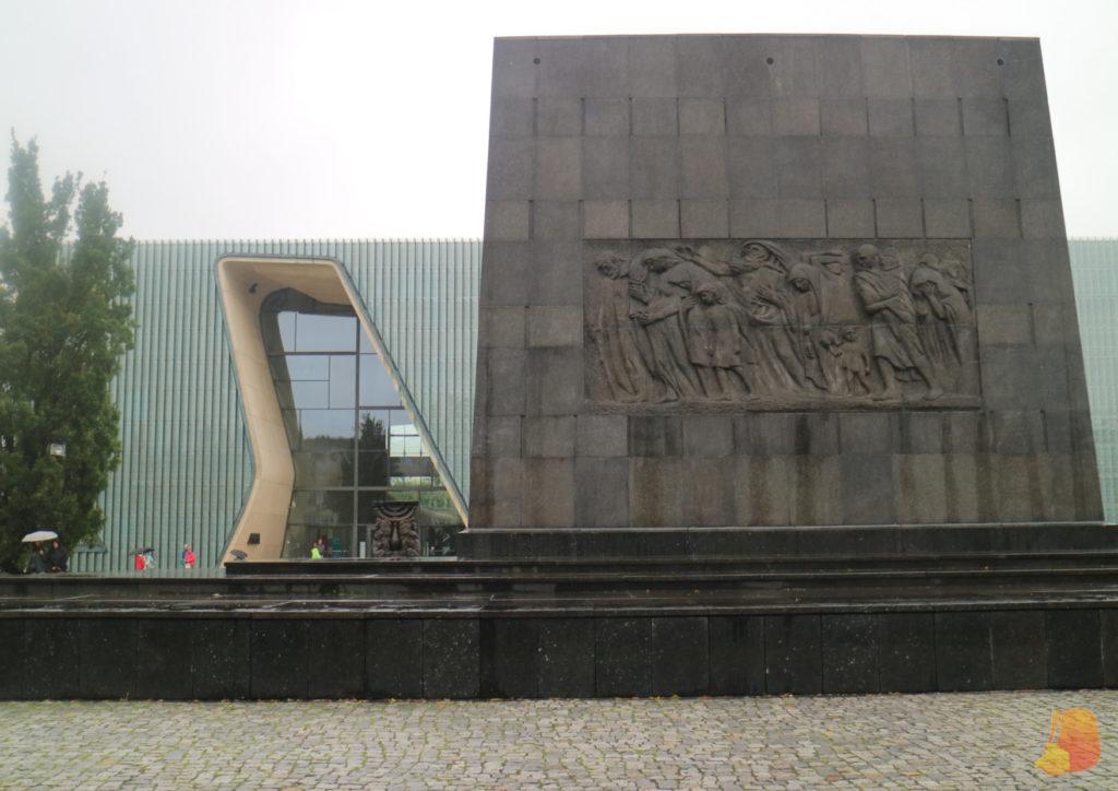 En primer plano se ve el Monumento a los Héroes del Guetto y detrás el edificio del museo