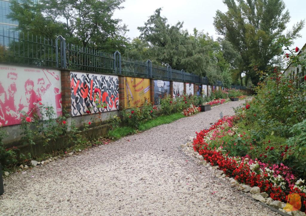 En el jardín trasero hay varios murales de graffiti