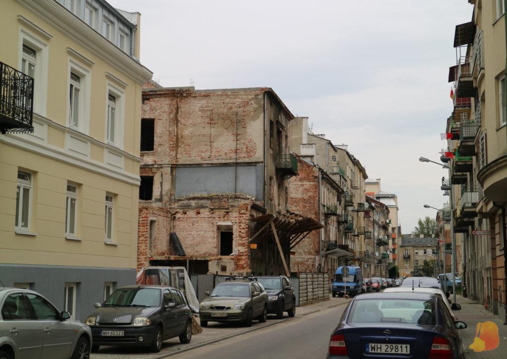 En el centro de la imagen se ve una casa muy deteriorada que se mantiene en pie gracias a que la han apuntalado.