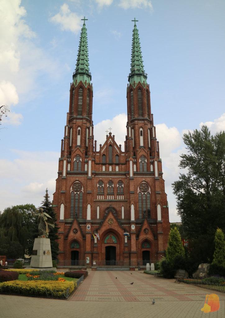 La fachada de la catedral es de estilo gótico. Destacan sus dos torres.