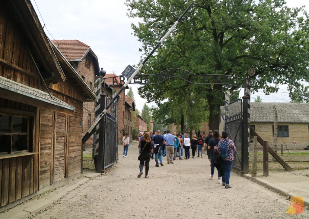 """Puerta de entrada de Auschwitz I. Es una puerta de hierro y sobre ella pone """"Arbeit macht frei"""""""