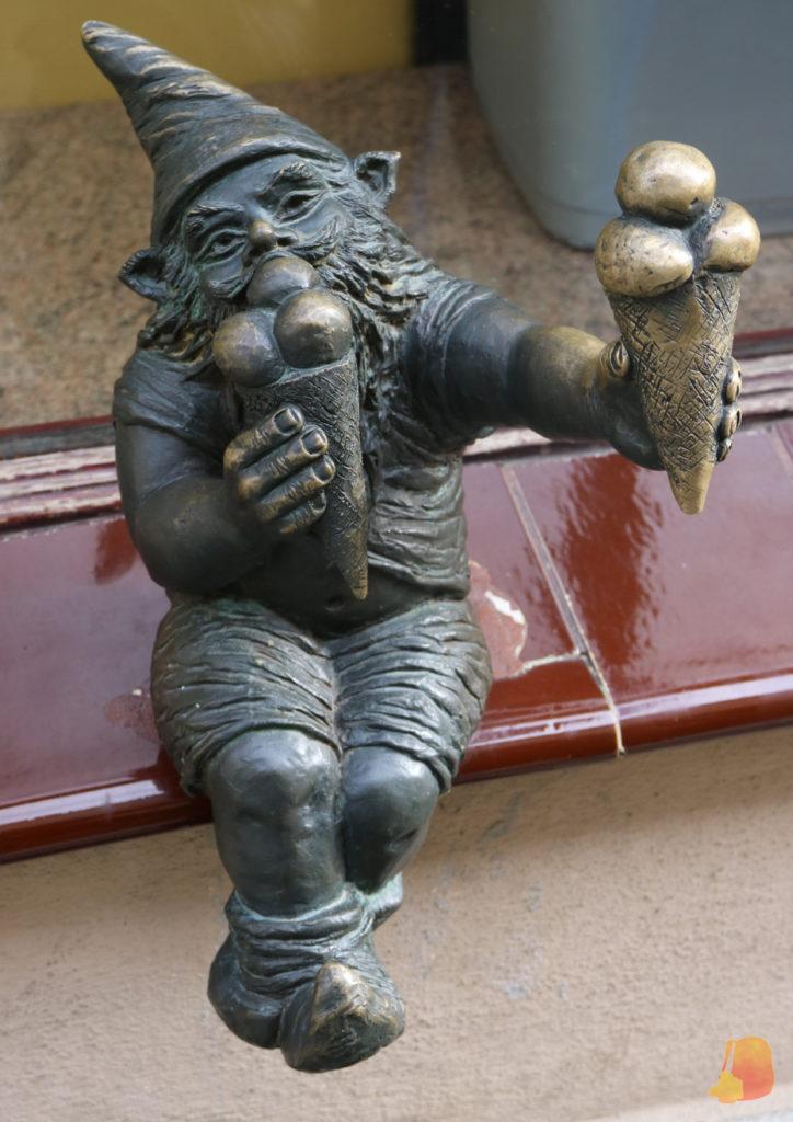 Estatua de un enanito comiendo un helado y ofreciendonos otro