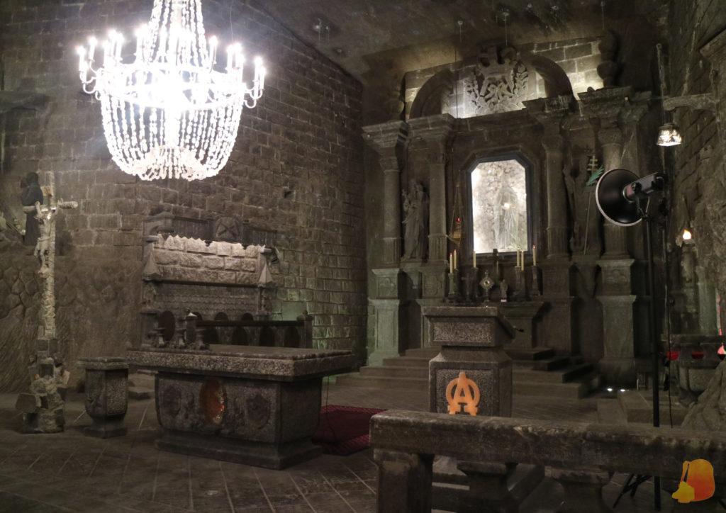Se ve el altar de la capilla. Todo el mobiliario está hecho con sal.